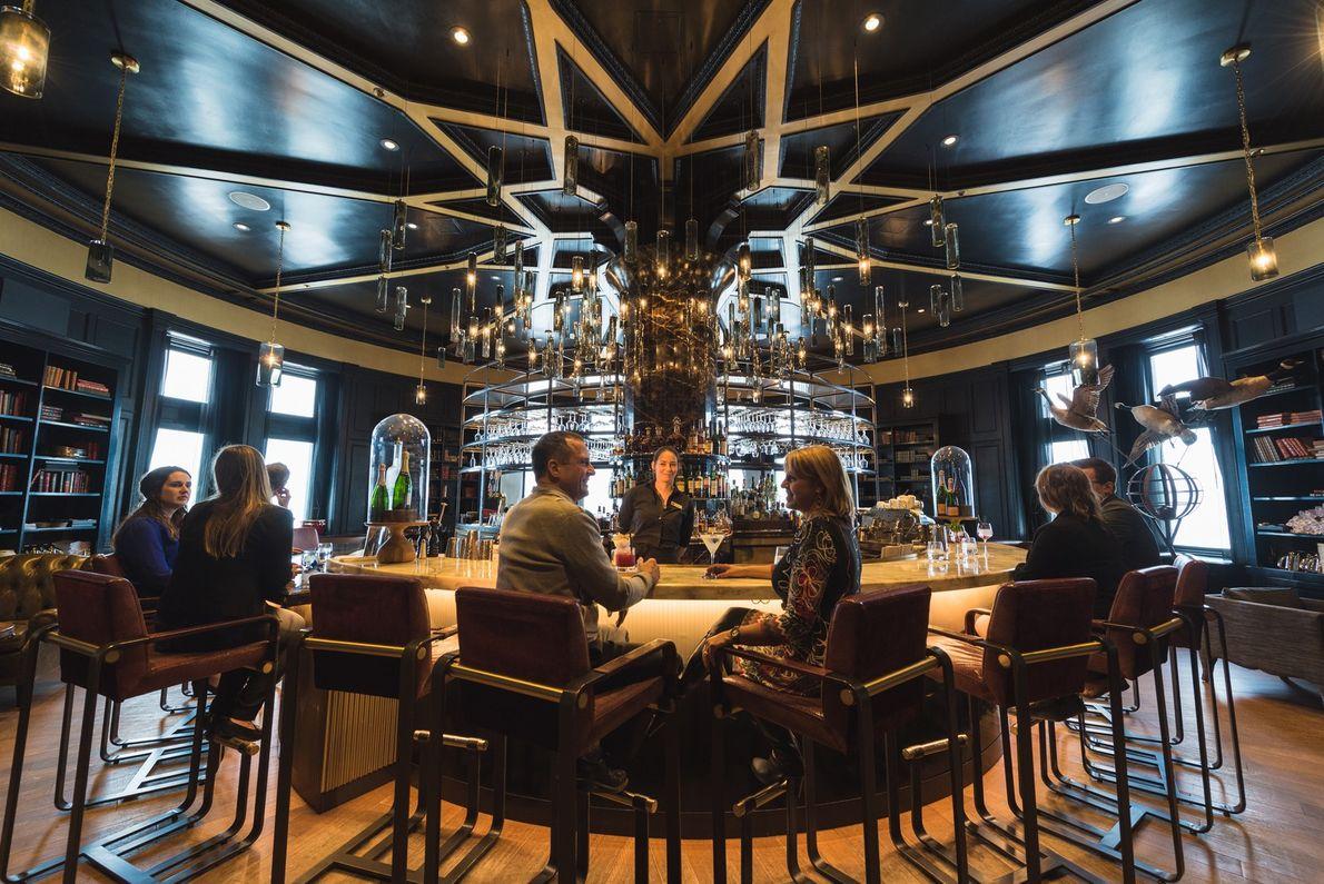 Die Bar 1608 im Château Frontenac bietet nicht nur eine große Auswahl an Mixgetränken, Weinen und ...