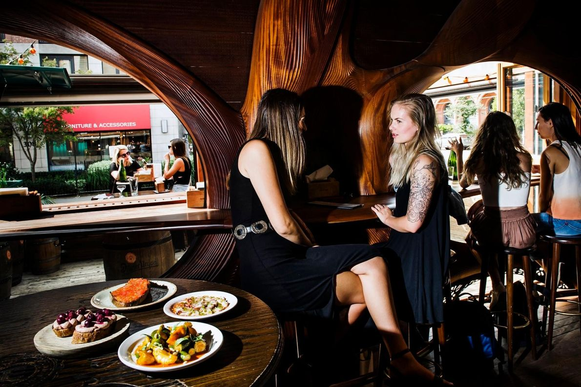 Die ausgefallene Inneneinrichtung der Bar Raval im Stile Gaudís macht den Besuch zu einer einzigartigen Erfahrung.