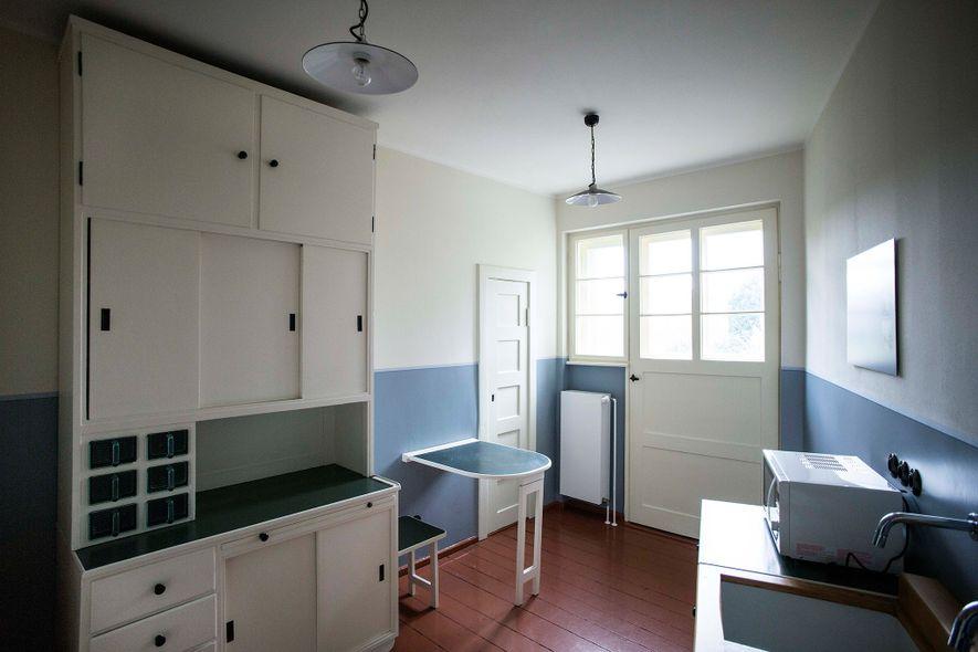 Diese Nachbildung einer Originalküche der Hufeisensiedlung verdeutlicht den Fokus des Architekten Bruno Taut auf minimalistische Möblierung.