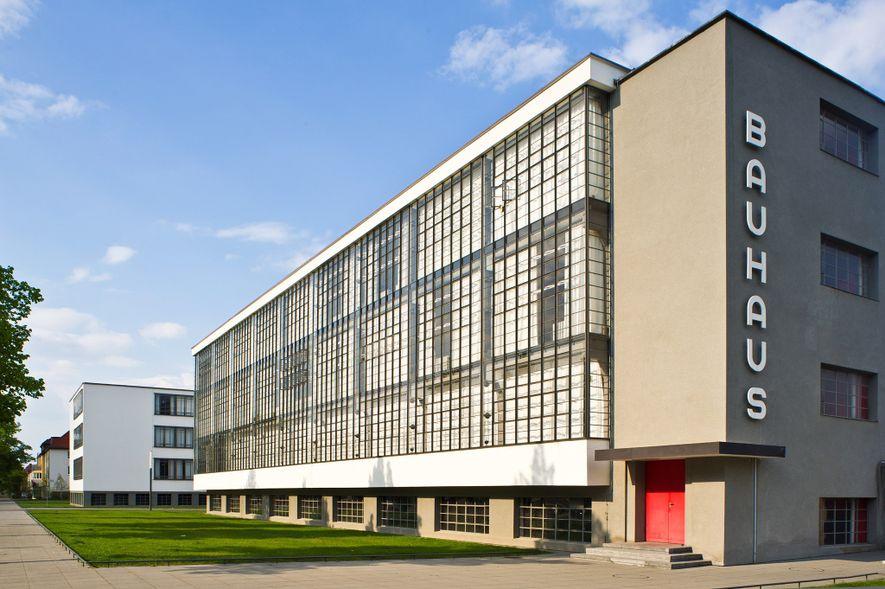 Nachdem er Weimar verlassen hatte, erbaute Walter Gropius in Dessau einen zweiten Bauhaus-Campus. Das renovierte Gebäude ...