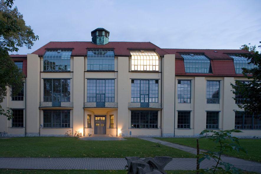 An der Bauhaus-Universität in Weimar können Studenten auch heute noch die Grundlagen der internationalen Stilbewegungen erlernen, ...