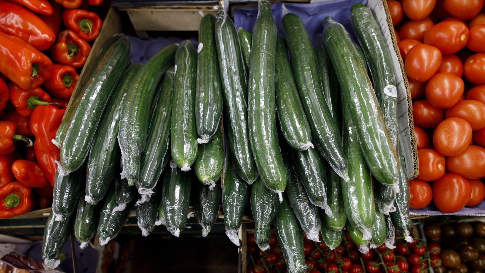 In Plastik eingeschweißte Gurken in der Auslage eines Supermarkts in Toronto. In neun von zehn Fällen ...