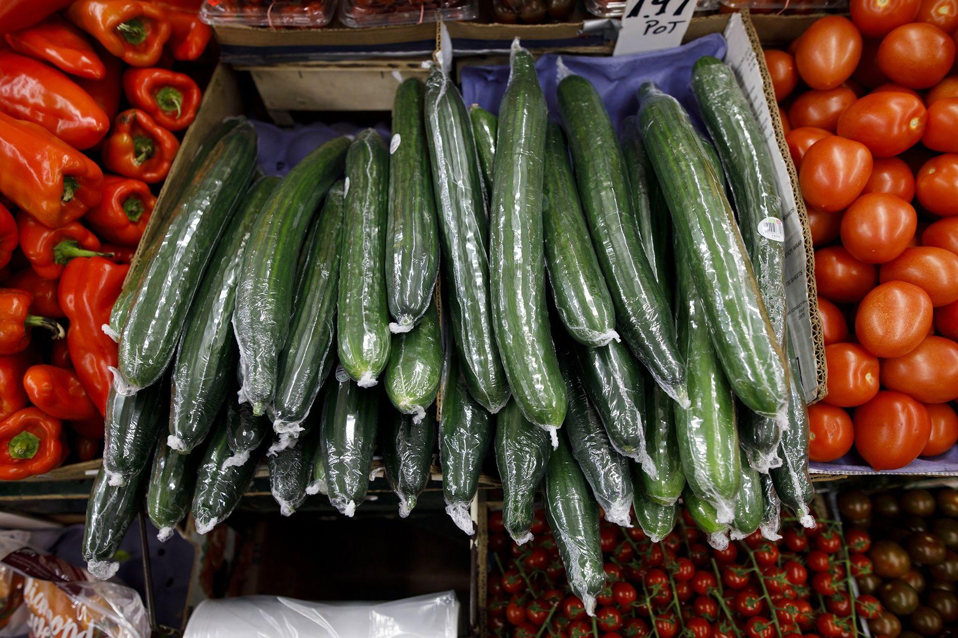 In Plastik eingeschweißte Gurken in der Auslage eines Supermarkts in Toronto. In neun von zehn Fällen waren es Lebensmittelverpackungen, die bei der letztjährigen weltweiten Strandsäuberungsaktion von Ocean Conservancy eingesammelt wurden.