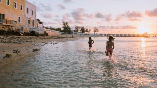 Die Sonne geht über dem Strand in der Nähe der Festung São Sebastião unter, der ältesten ...