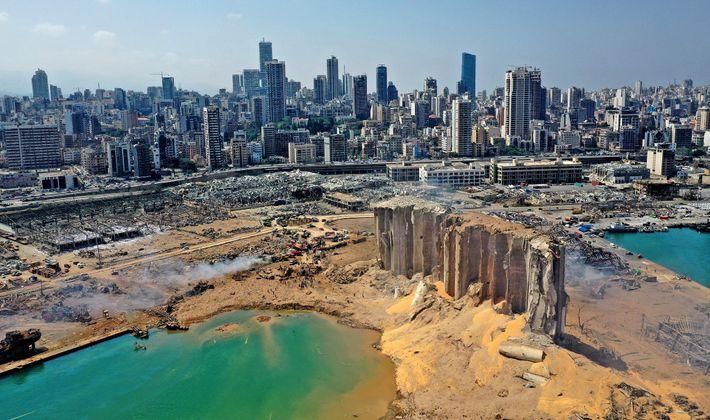 Eine Luftaufnahme zeigt die Schäden an den Getreidesilos im Hafen von Beirut und der Umgebung am ...