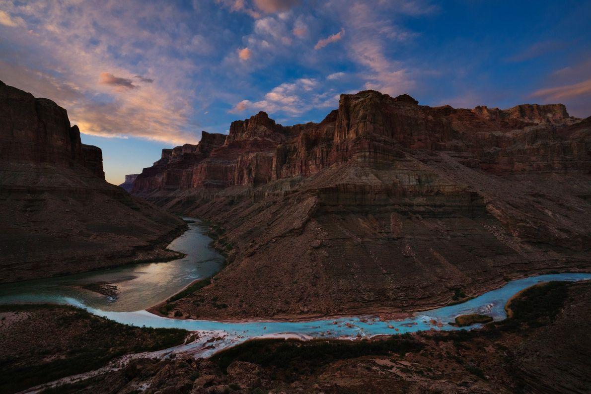 Der Ort, an dem der Colorado River in das türkisfarbene Wasser des Little Colorado mündet, hat ...