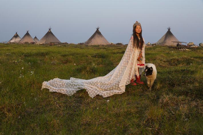 JAMAL-HALBINSEL, Russland. Ein Vorhang gibt einen hervorragenden Umhang ab, aus einer Pappschachtel wird eine Krone: Die ...