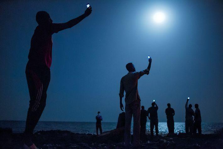 DSCHIBUTI, Dschibuti. Anfang 2013 machte National Geographic-Autor Paul Salopek wortwörtlich die ersten Schritte auf einer Reise, ...