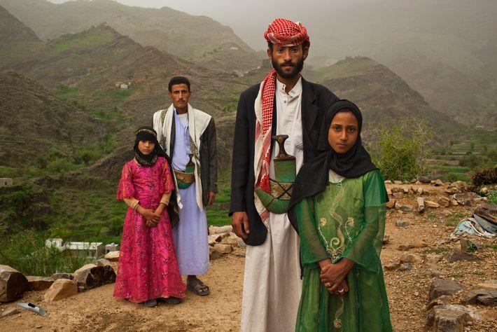 """HAJJAH, Jemen. Die Männer neben diesen jemenitischen Mädchen sind nicht ihre Väter. Für ihr Projekt """"Too ..."""