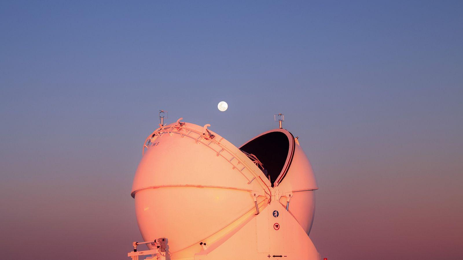 Die teilweise geöffnete Kuppel von einem Instrument des Very Large Telescope, das von der Europäischen Südsternwarte ...