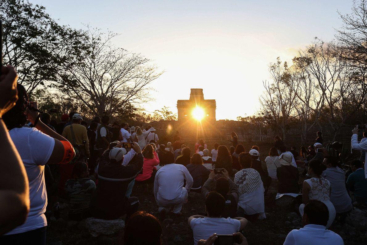 Im mexikanischen Bundesstaat Yucatán versammelten sich zahlreiche Menschen an der archäologischen Maya-Stätte Dzibilchaltún, um die Tagundnachtgleiche ...