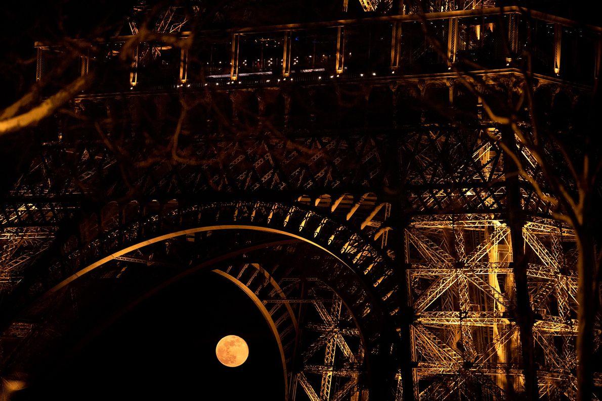 In diesem Bild vom 21. März scheint sich der Mond zwischen den Beinen des Eiffelturms zu ...