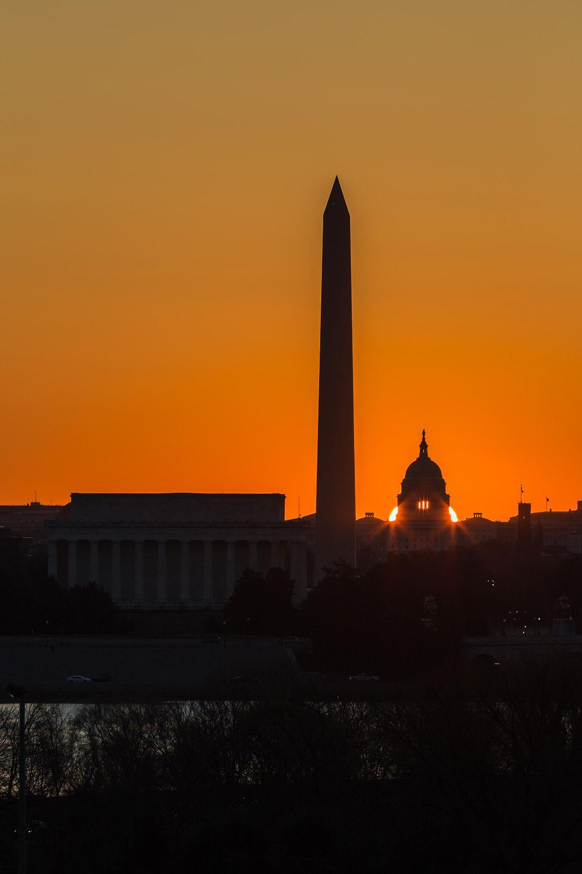 Die Sonne geht hinter dem Kapitol in der US-Hauptstadt Washington, D.C. auf, als die Tagundnachtgleiche näher ...