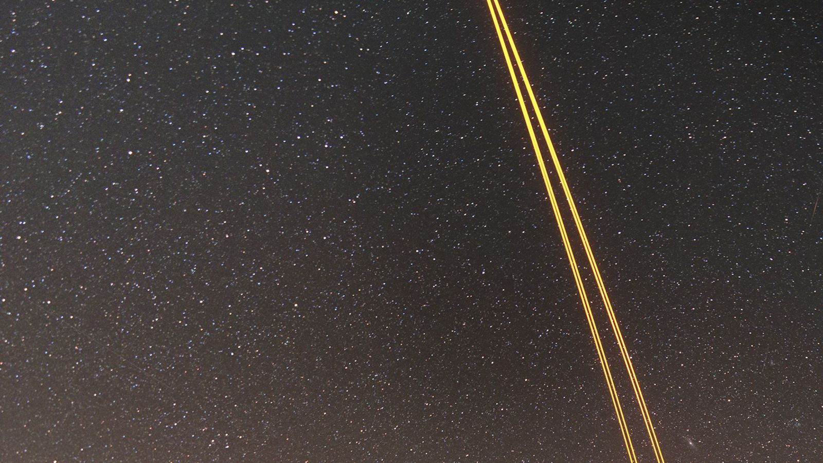 Ein Instrument des Yepun-Teleskops (Teil des Very Large Telescope) erzeugt mit Hilfe von Lasern künstliche Leitsterne. ...