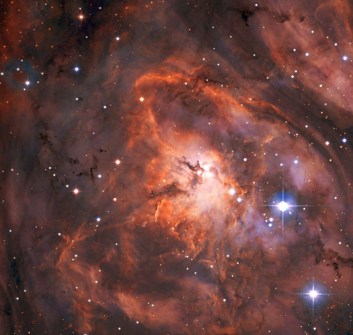 Das brandneue SPECULOOS-Teleskop der Europäischen Südsternwarte machte vor Kurzem diese Aufnahme des Lagunennebels. Die Anlage aus ...
