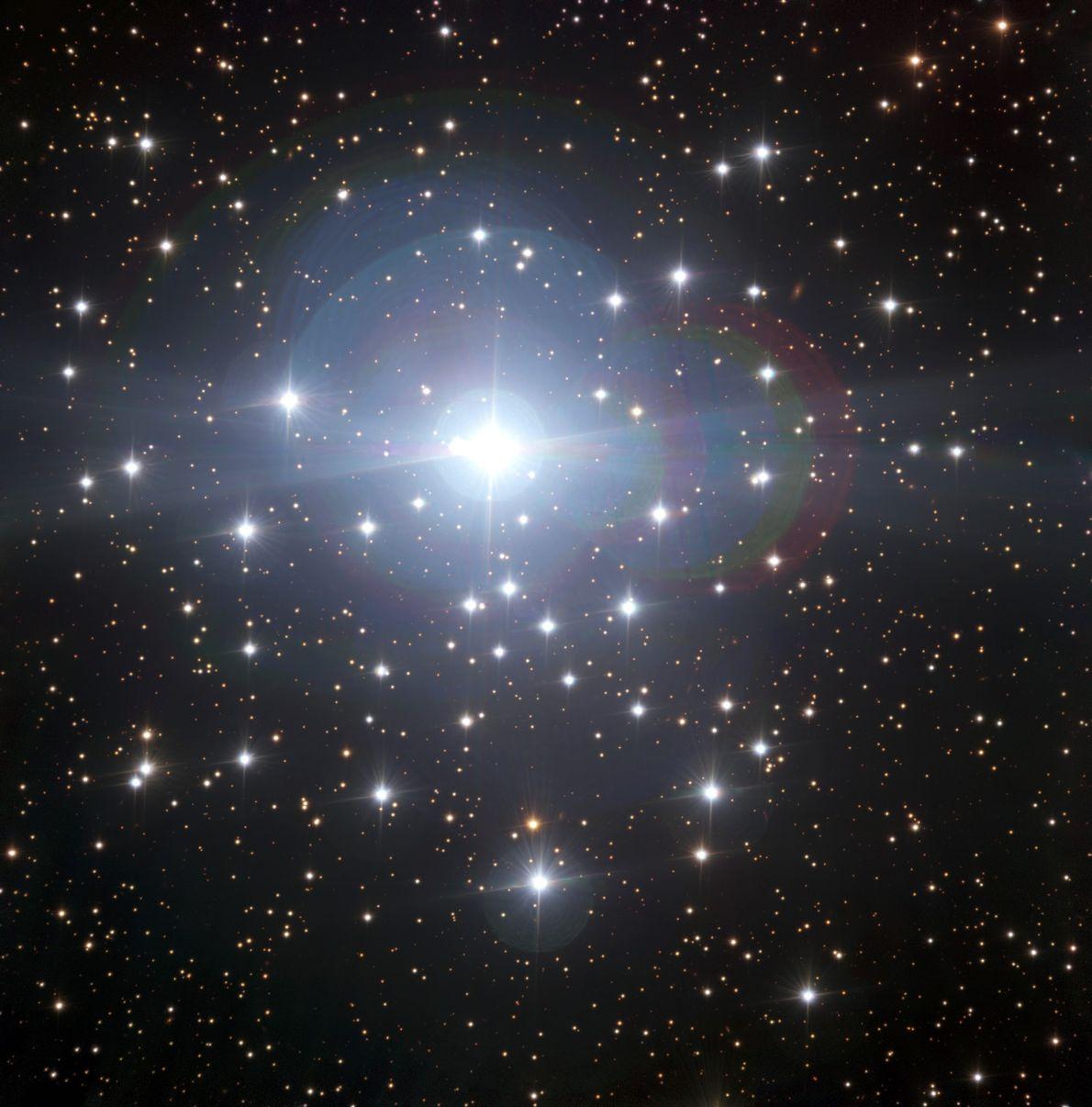 Diese Aufnahme des gewaltigen Sternsystem Tau Canis Majoris wurde von der Europäischen Südsternwarte vor Kurzem zum ...