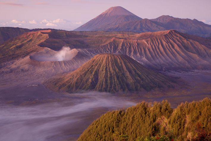Wolken umspielen den Bromo, einen aktiven Vulkan auf der indonesischen Insel Java.