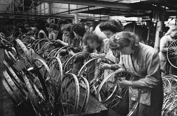 In den 1940er Jahren bauen Arbeiterinnen in der Fabrik von Hercules Cycle in Birmingham Fahrradräder zusammen. ...