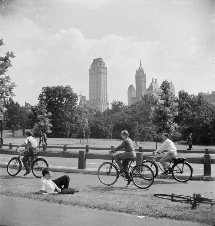 Junge Radfahrer machen 1942 eine Spritztour im New Yorker Central Park. Nachdem sie in den 1890er ...