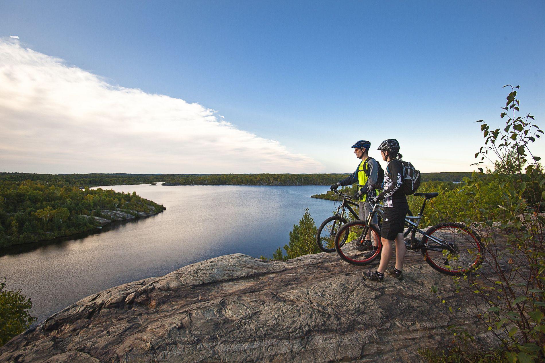 Einige der besten Fahrradrouten Ontarios befinden sich im nördlichen Teil der Provinz. Dort warten Wasserwege, Felslandschaften ...