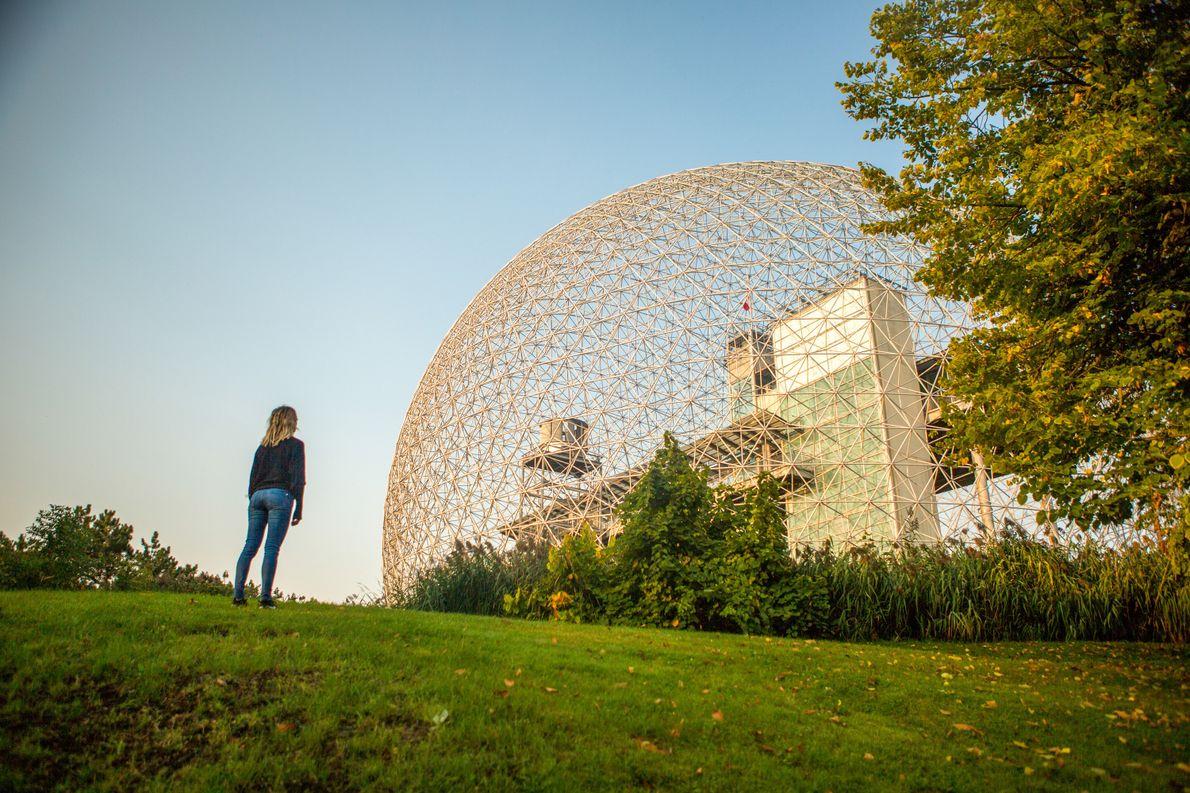 Das Museum Biosphère im Parc Jean-Drapeau fällt durch sein modernes Design mit der geodätischen Kuppel auf ...