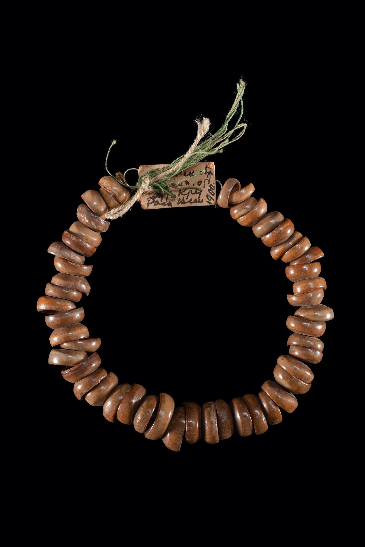 Diese Halskette wurde aus Fischzähnen gefertigt.