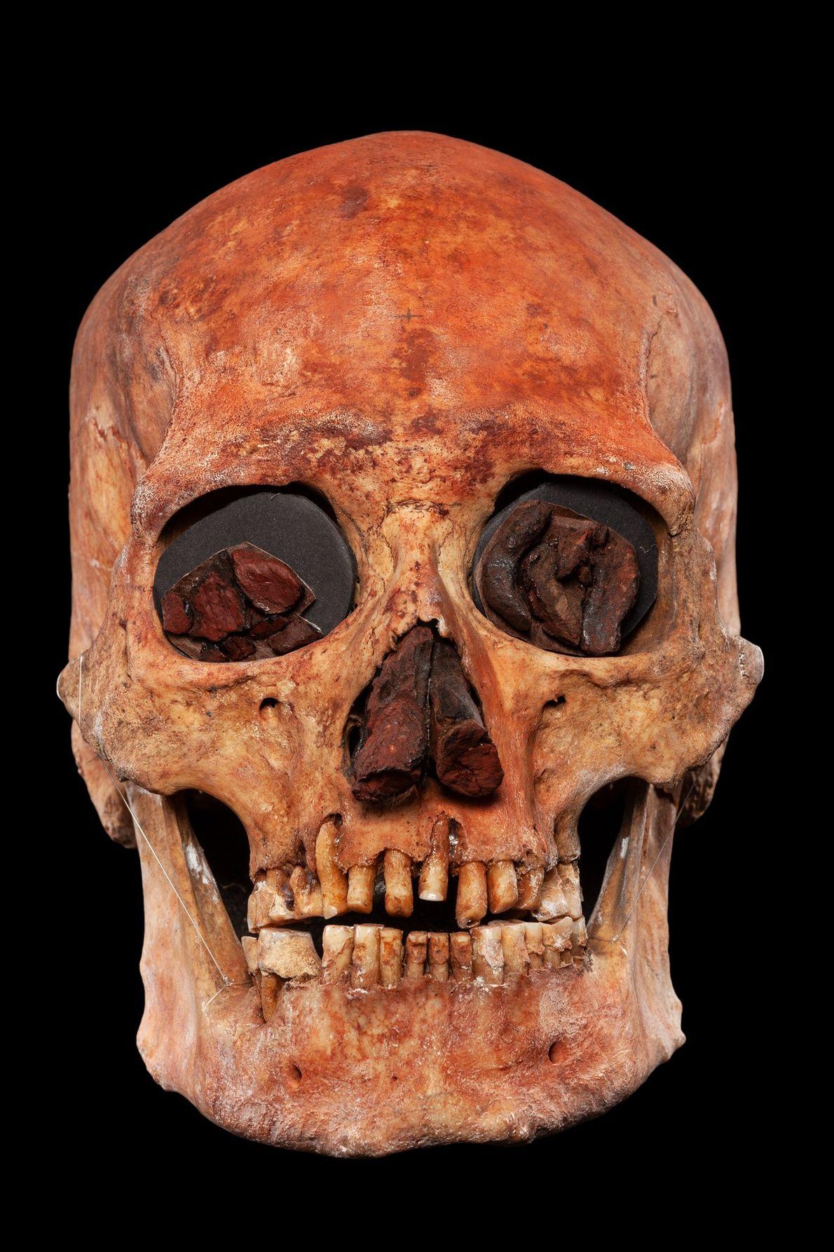 Dieser menschliche Schädel wurde mit Ocker bemalt, einem natürlichen Erdpigment.