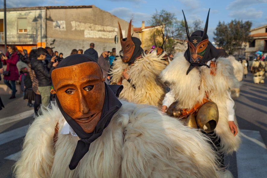 Maskierte Menschen stellen während des Karnevals in Ottana, einem Dorf auf Sardinien, die Bezwingung der Tiere ...