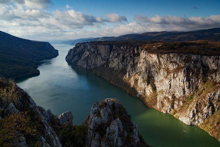 Jahrtausendelang haben Menschen auf ihren Wanderungen die Donau – hier abgebildet ist eine schmale Schlucht zwischen ...