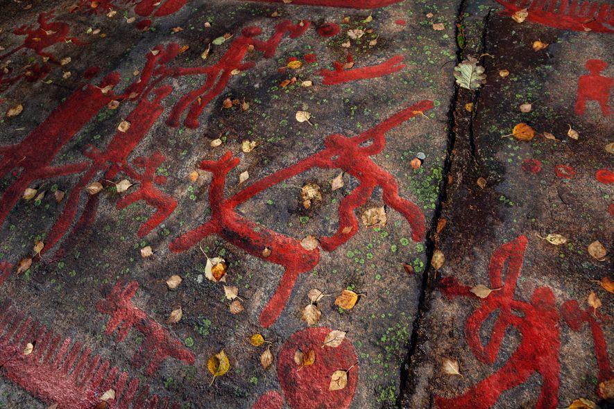 In Schweden verdeutlichen in Fels gehauene (und mit moderner Farbe rot hervorgehobene) Kunstwerke die kulturellen Verschiebungen, ...