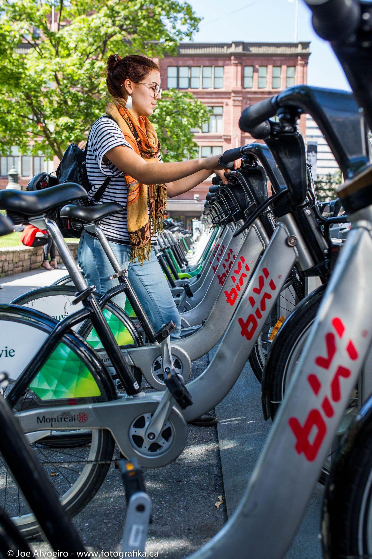 BIXI Montréal ist ein öffentlicher Bike-Sharing-Service, der Besuchern die Gelegenheit bietet, die Umgebung mit dem Rad ...