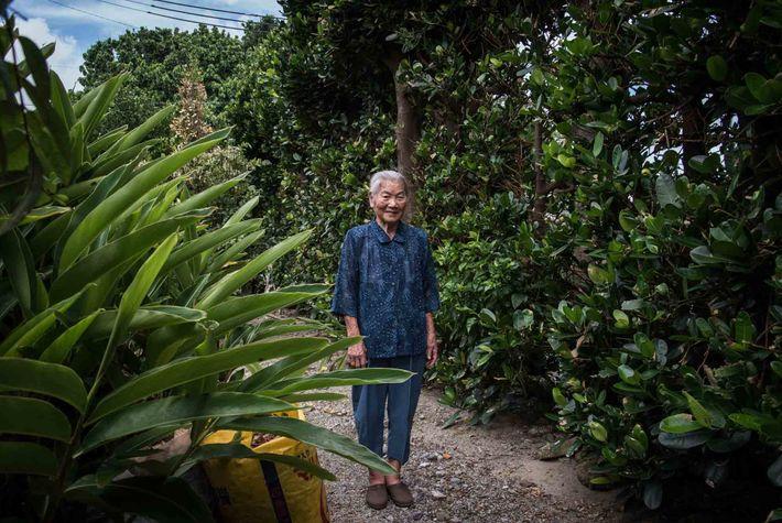 Haru Miyagi ist eine Witwe, deren Mann im Zweiten Weltkrieg gefallen ist. Sie ist 100 Jahre ...