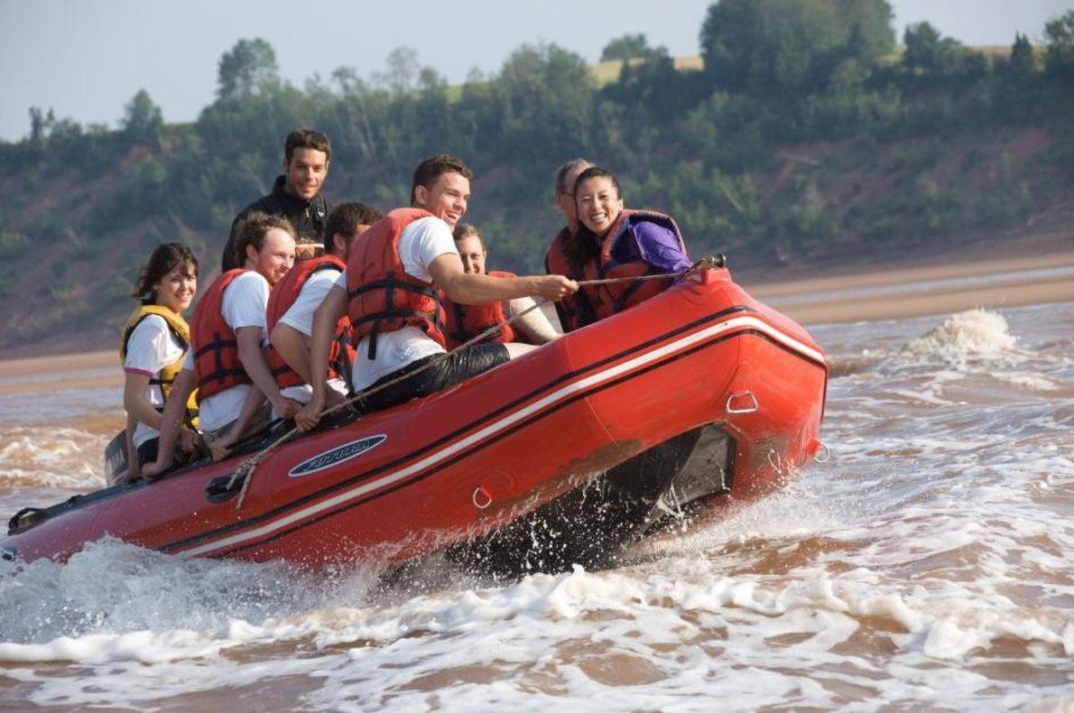 In der Bay of Fundy bietet sich Besuchern die abenteuerliche Gelegenheit, in einem Zodiac-Schlauchboot auf den ...