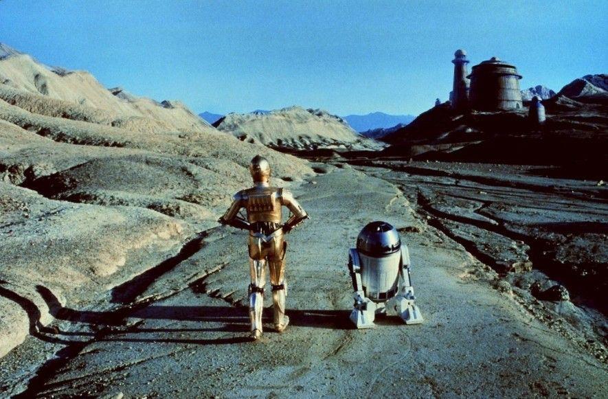 Die Star Wars-Kultroboter C-3PO und R2-D2 auf dem Weg zum Palast von Jabba auf dem Planeten ...