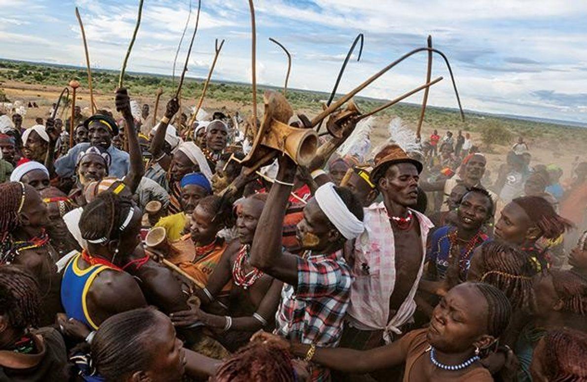 In der Kleinstadt Ileret versuchen junge Kenianer, potenzielle Ehefrauen zu beeindrucken. Die Männer schwingen Peitschen und …