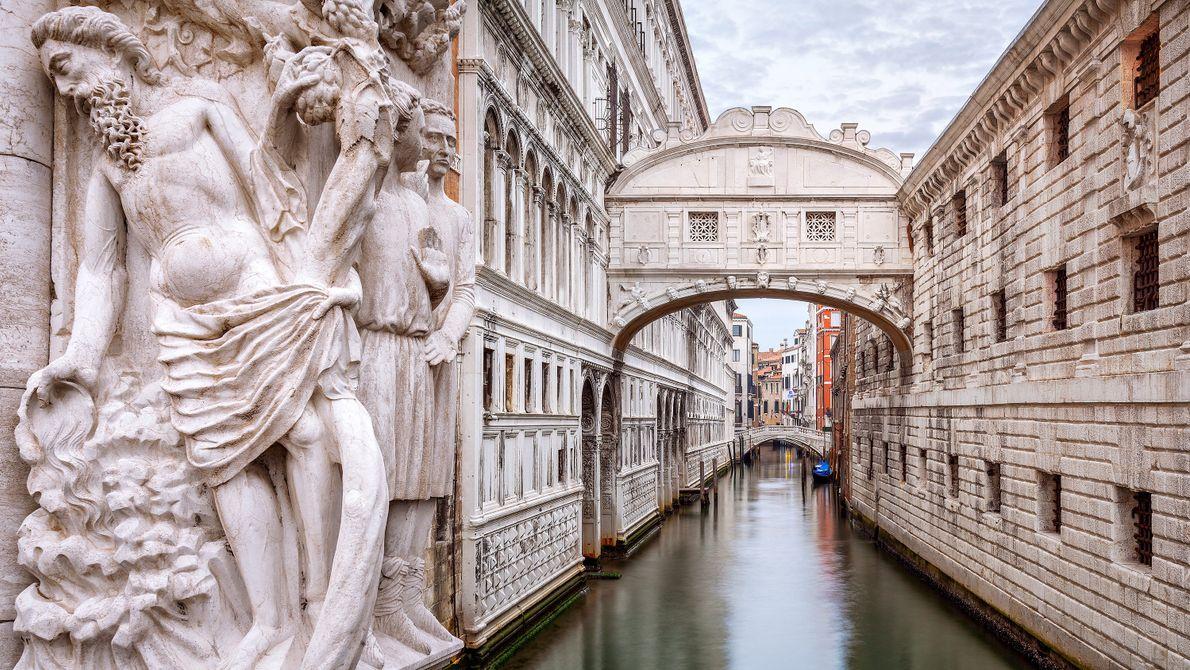 Wer die Seufzerbrücke in all ihrer Schönheit erleben will, sollte auf dem ruhigen Kanal darunter hindurchfahren, ...
