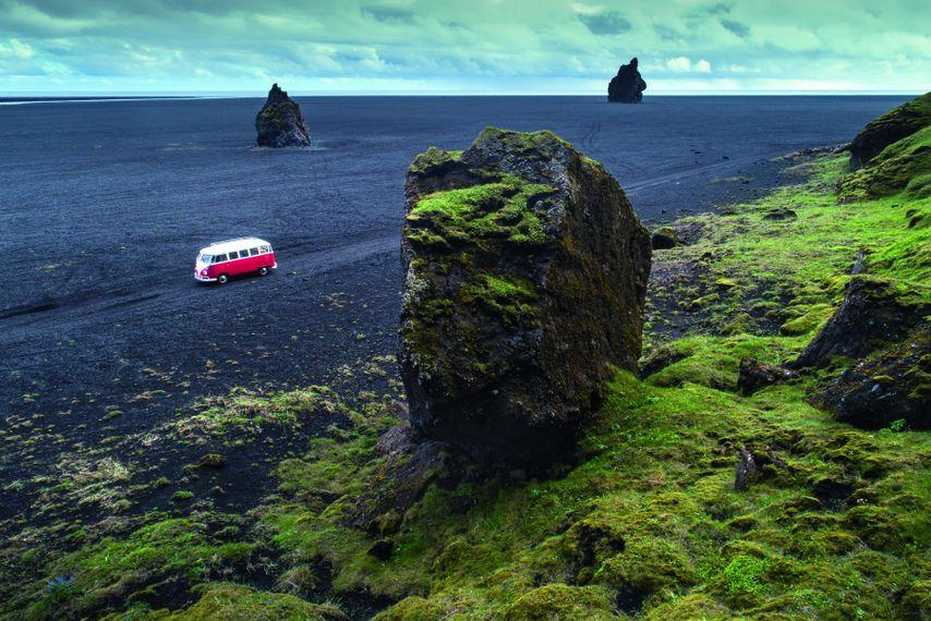 Mit dem VW-Bus durch Island: Der Bulli legt einen Stopp in der Sanderebene unterhalb des Inselberges ...