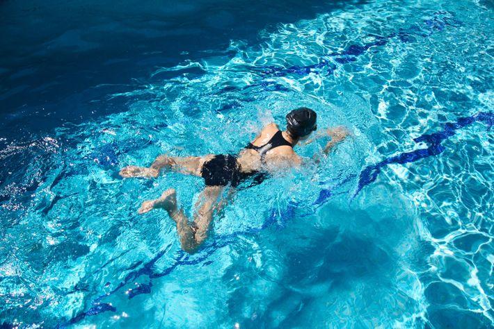 Person beim Brustschwimmen