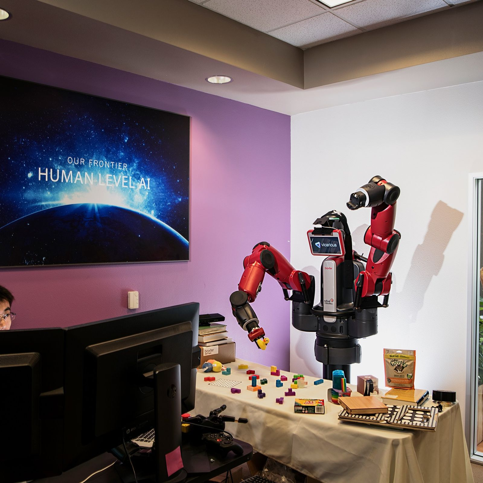 Einem Roboter wird beigebracht, Gegenstände zu erkennen und zu handhaben. Mit der Verbesserung künstlicher Intelligenzen wird ...