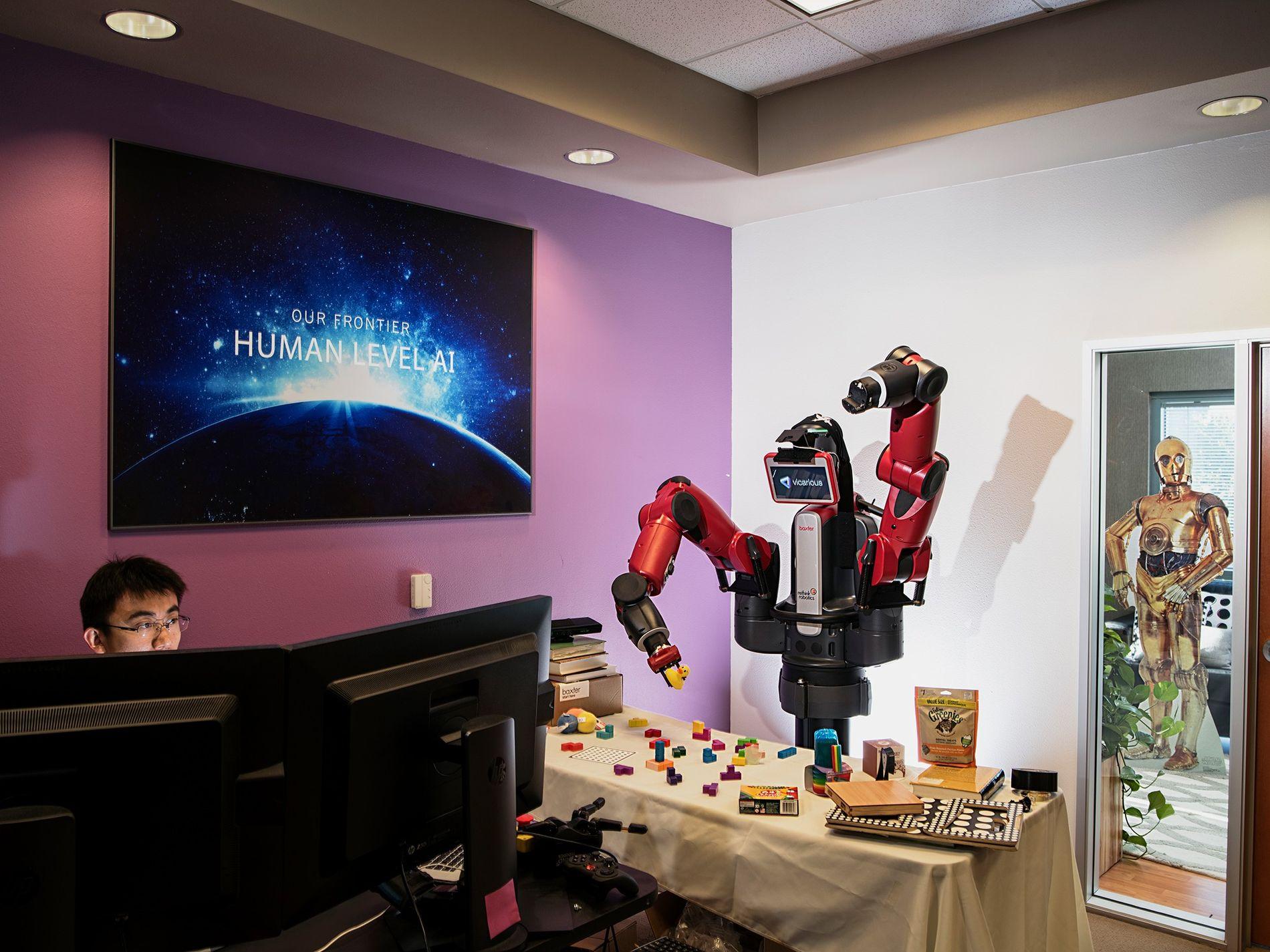 """Einem Roboter wird beigebracht, Gegenstände zu erkennen und zu handhaben. Mit der Verbesserung künstlicher Intelligenzen wird ein neues Wettrüsten wahrscheinlich, das auch die Produktion tödlicher Maschinen beinhalten könnte, wie es im Buch """"21 Lektionen für das 21. Jahrhundert"""" von Yuval Harari heißt."""