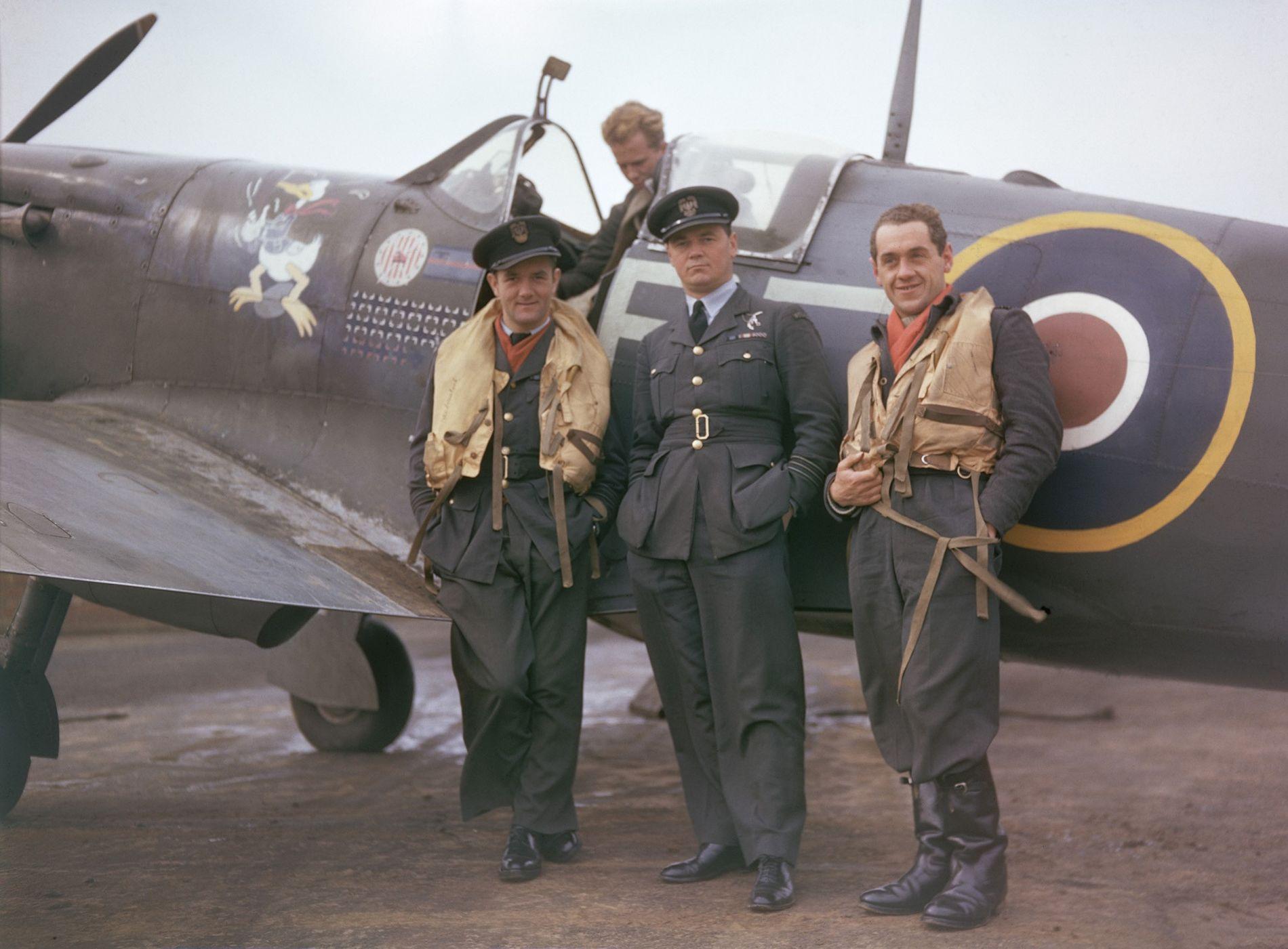 Polnisches Fliegerass Jan Zumbach (links)