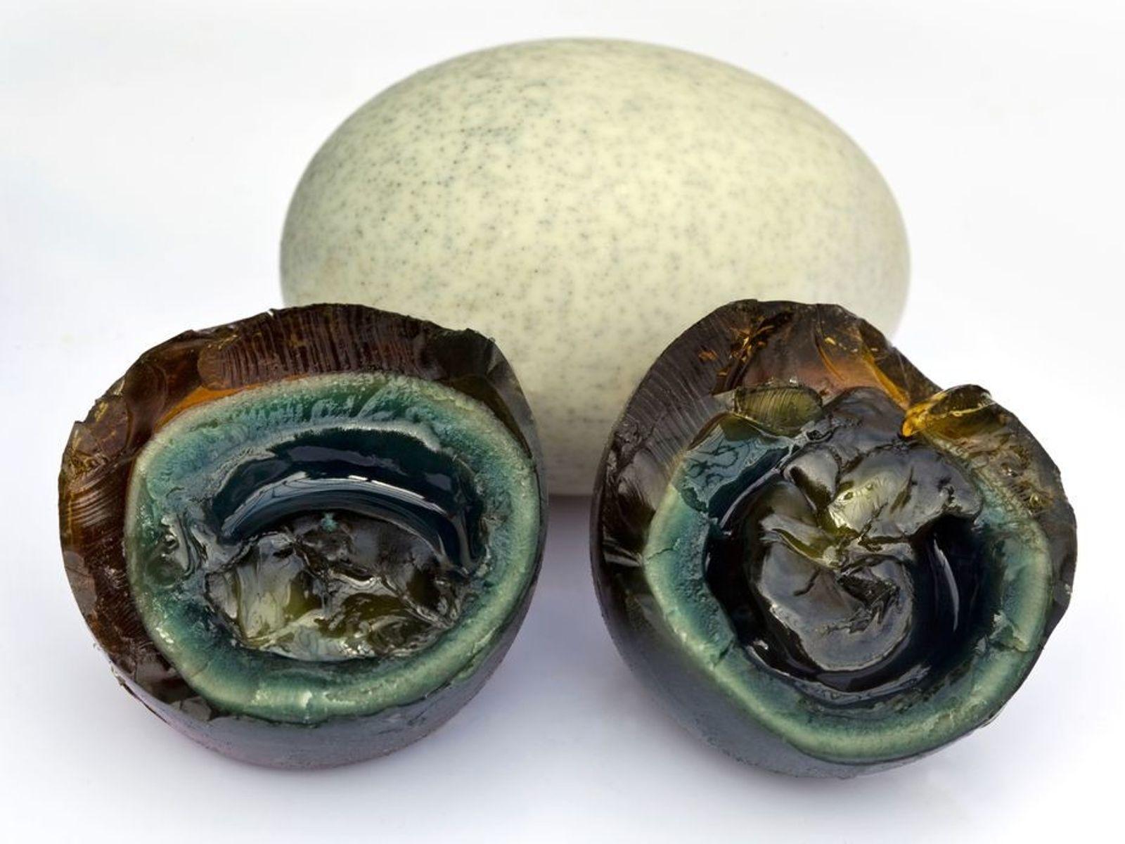 Tausendjährige Eier sind eine beliebte asiatische Delikatesse, die oft an Imbissständen als Streetfood angeboten wird. Am ...