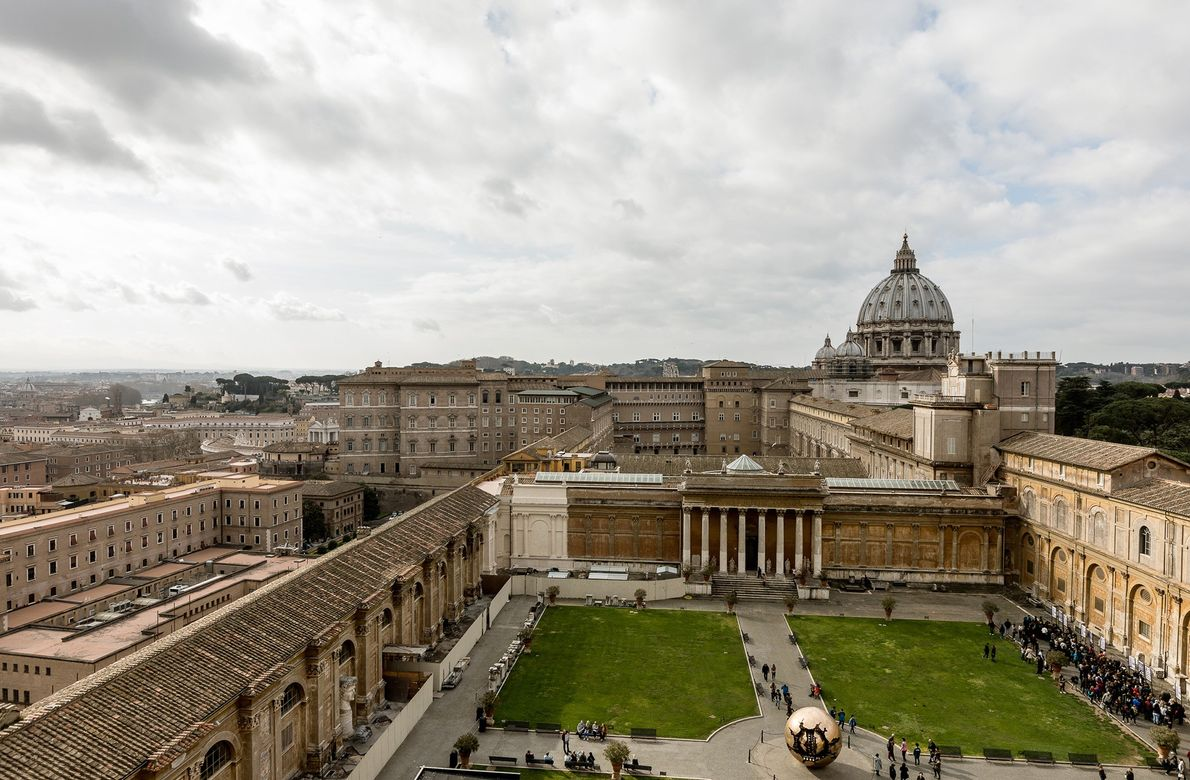 Besucherströme laufen durch die Höfe des Vatikan. Die Museen heißen jeden Tag etwa 28.000 Besucher willkommen.