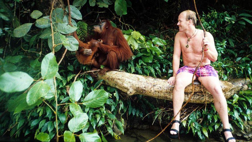 Unvergessliche Begegnung im Jahr 1990 auf Sumatra: Eine Orang-Utan-Mutter präsentiert Dieter Schonlau ihr Jungtier.