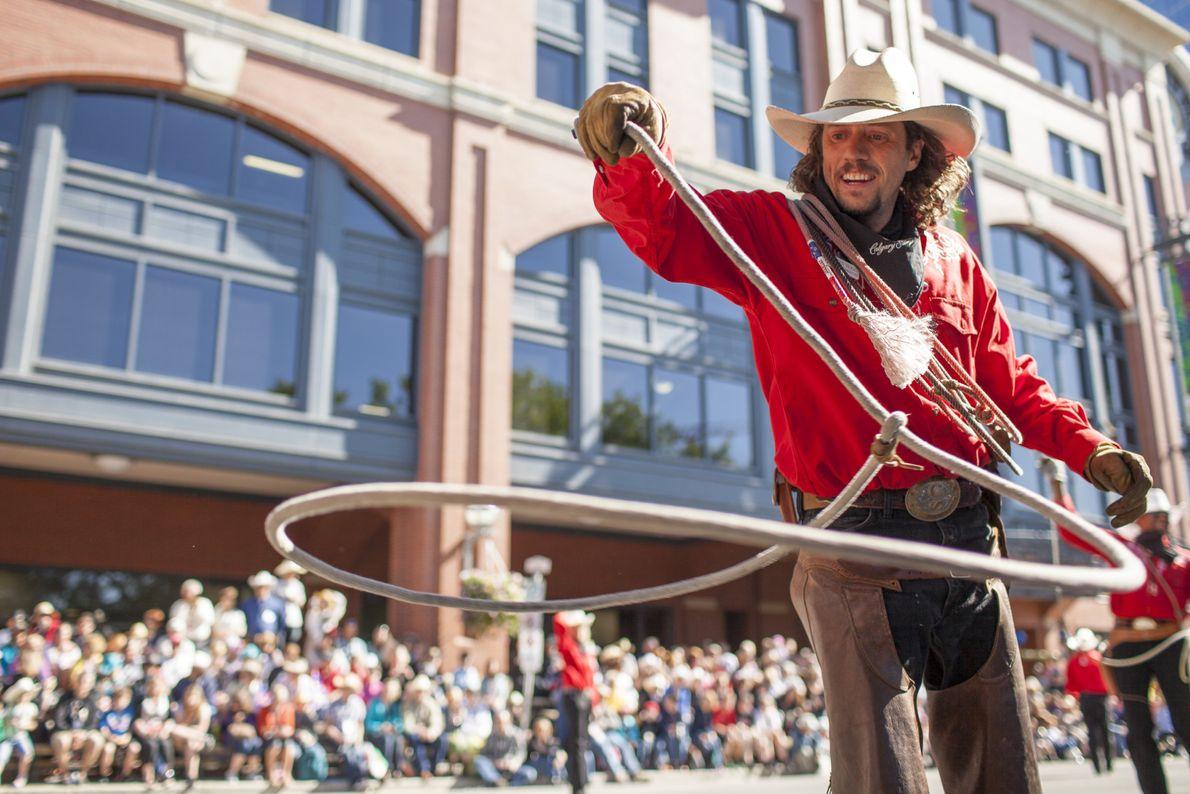Während der Calgary Stampede Parade unterhalten Entertainer tausende begeisterte Zuschauer. Hier bekommen die Besucher einen Vorgeschmack ...