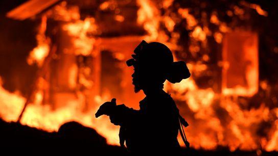 Feuerwehrmann bei einem Brand in Kalifornien