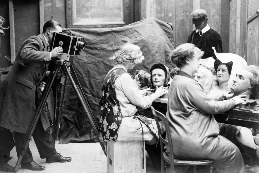 Ein Kameramann filmt zwei Frauen bei ihrer Arbeit. Sie erstellen Wachsköpfe für die neue Ausstellung von ...