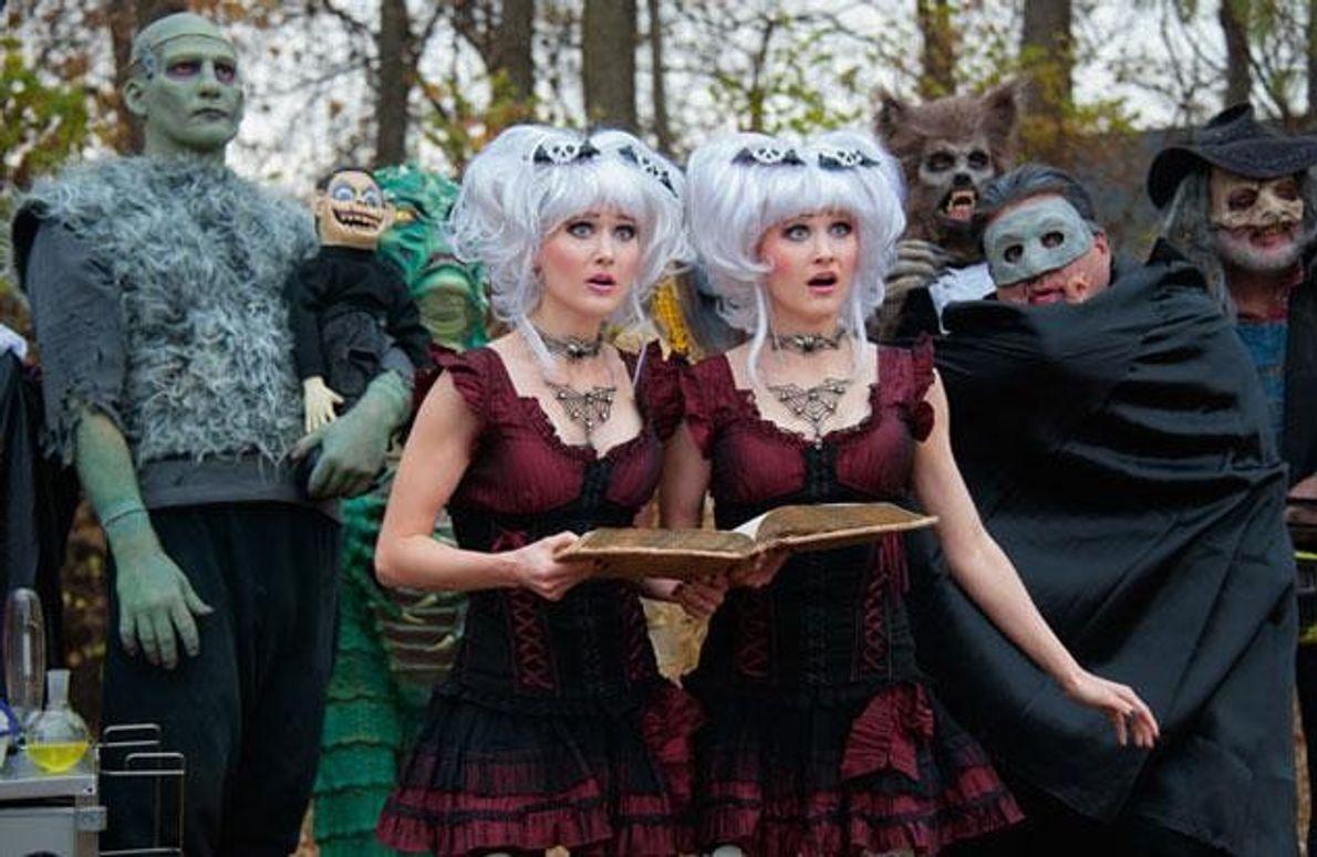 """Selbst wenn sie gerade nicht in komischen Horrorfilmen wie """"Creeporia"""" mitspielen, kleiden Camille (links) und Kennerly …"""