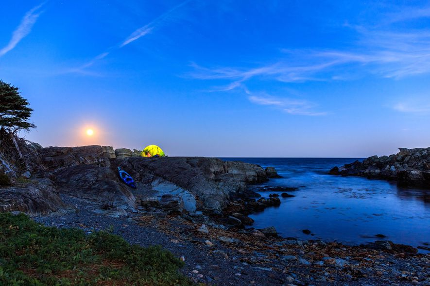 Der Septembervollmond geht auf und lässt den Campingplatz auf Moshers Island in goldenem Licht erstrahlen. Der ...