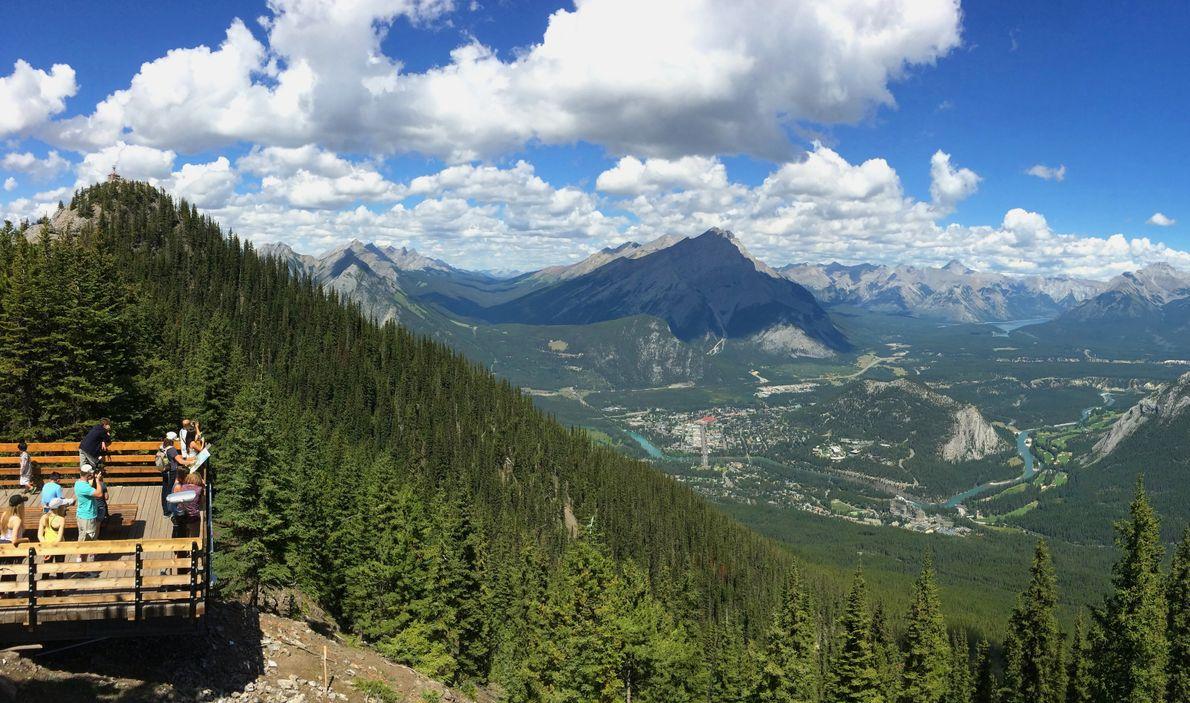Auf 600 Metern Höhe über Banff bietet sich Besuchern des Banff-Nationalparks ein atemberaubender Blick auf die ...
